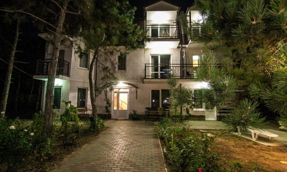 Ночной вид гостевого дома.