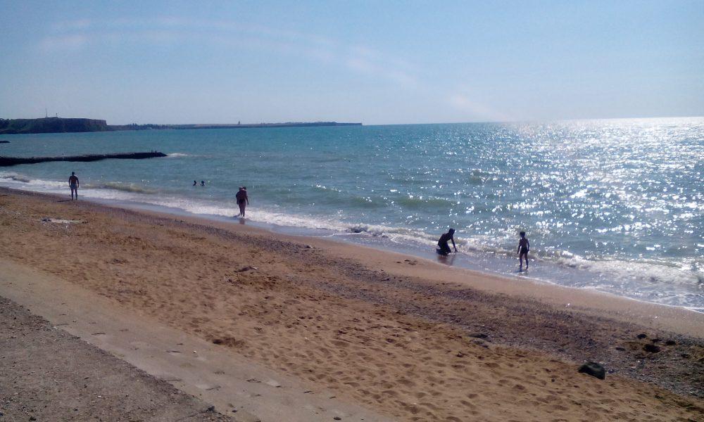 Общественный пляж рядом с гостевым домом.