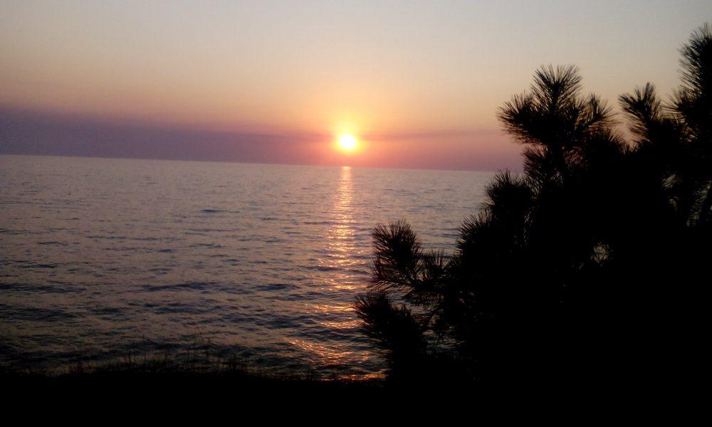 Закат на море вид с территории дома.